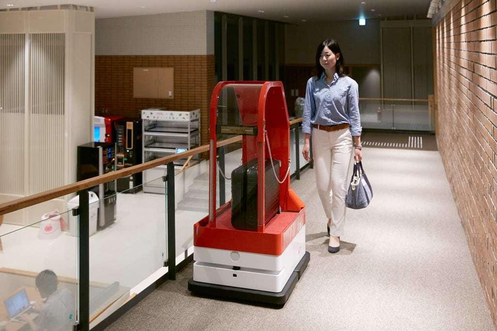 Das Bild zeigt einen Service Roboter der im Hotel das gepäck zum Zimmer bring