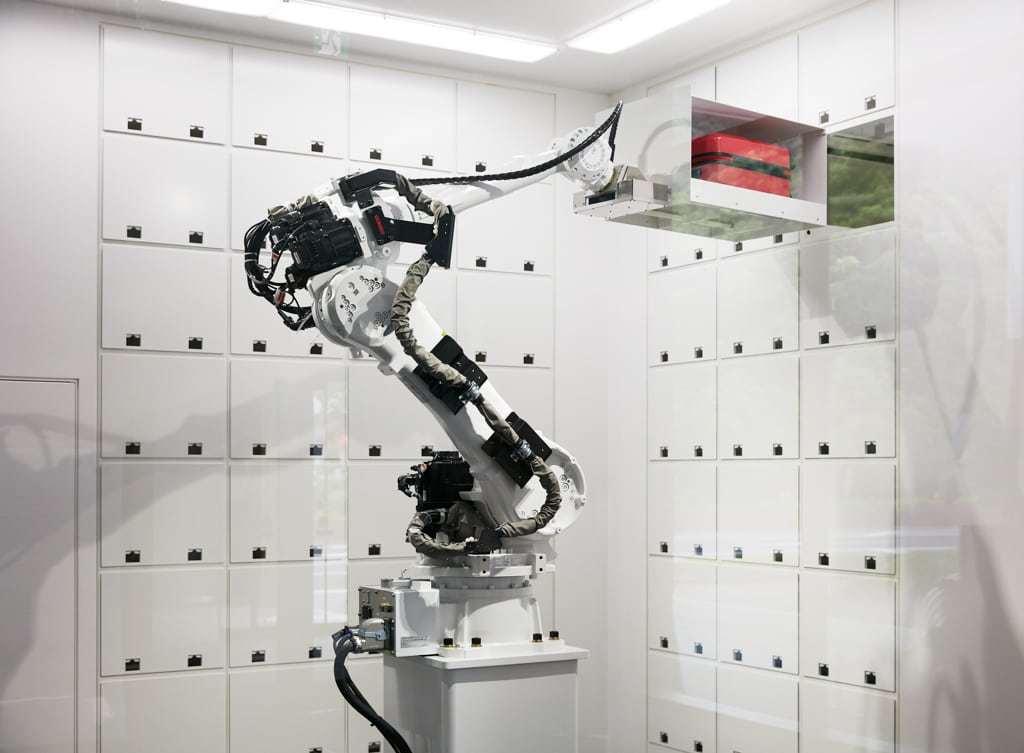Schaubild welches den Einsatz eines Roboters zeigt, der die Koffer der Gäste aufbewahrt
